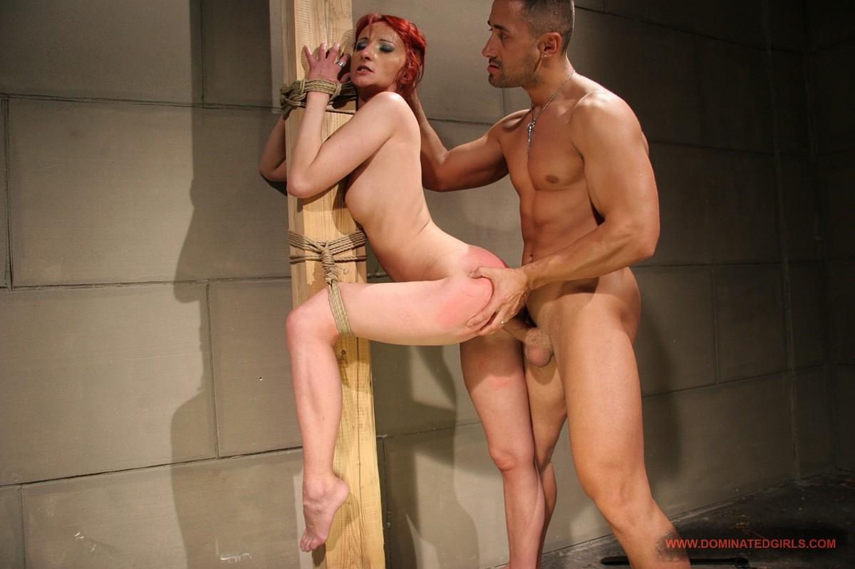 Привязанную женщину трахает мужик, Женское доминирование. Порно как девушки доминируют 13 фотография