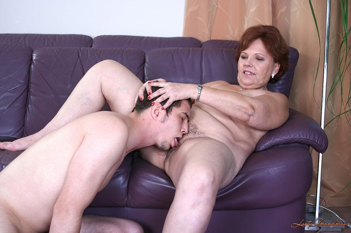 Старая женщина с парнем секс, Старые с молодыми порно видео, секс зрелых и молодых 11 фотография