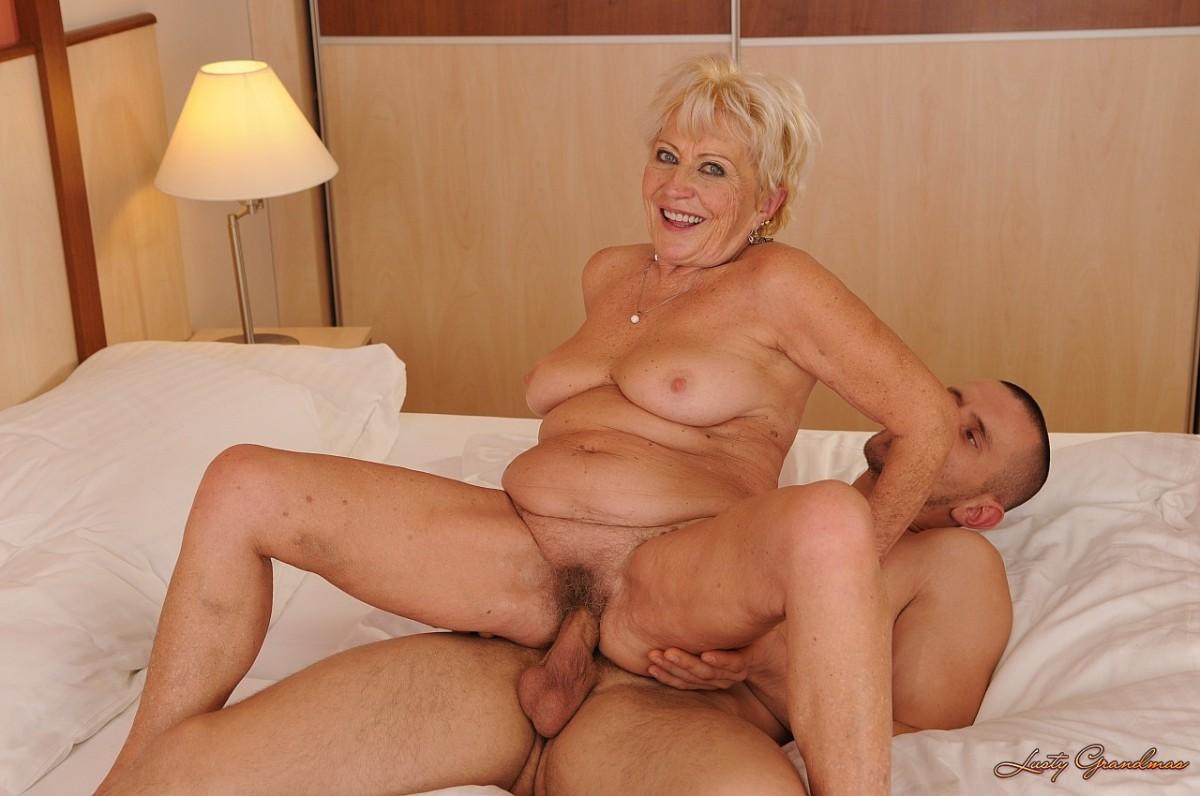 Молодыми бабушки анал порно с