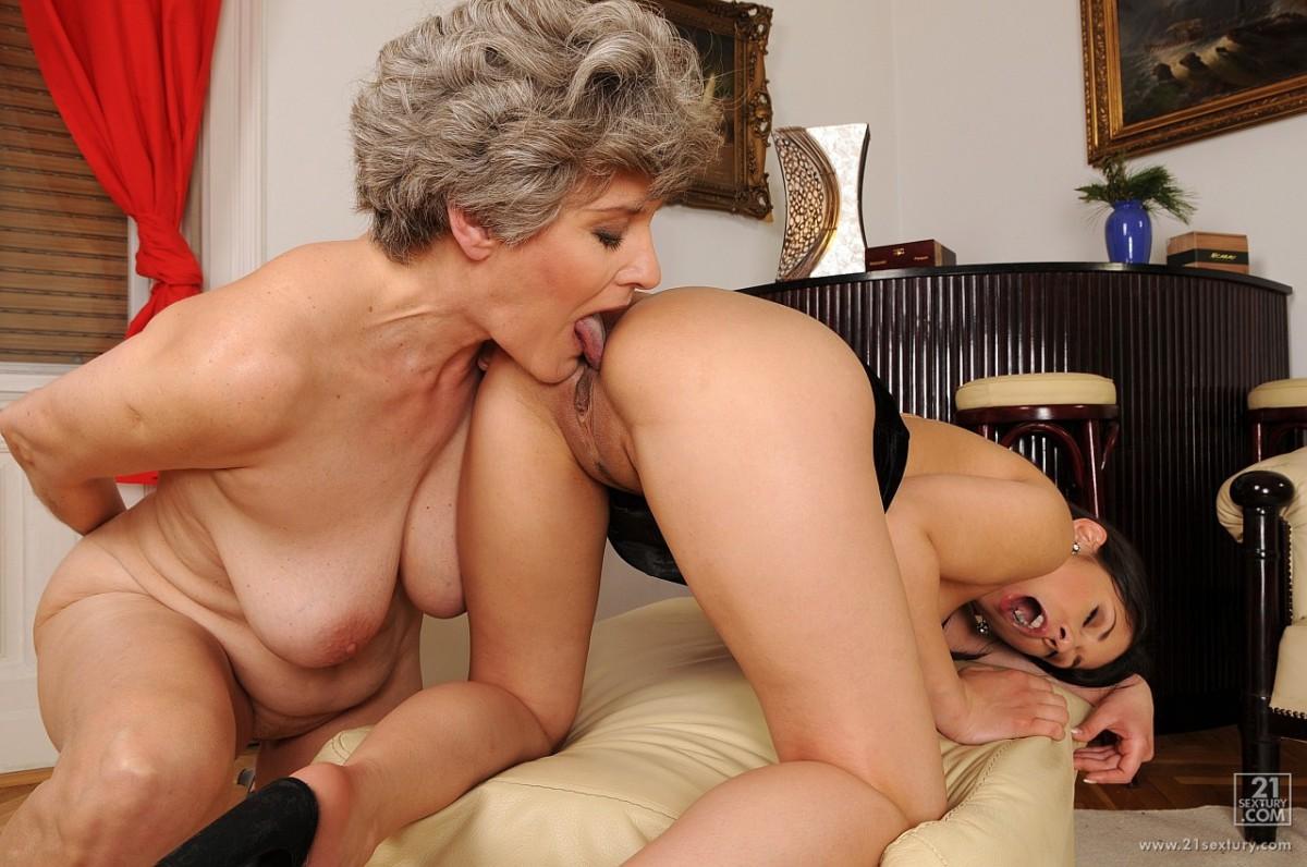Пожилые лесбиянки ебутся в жопу группой
