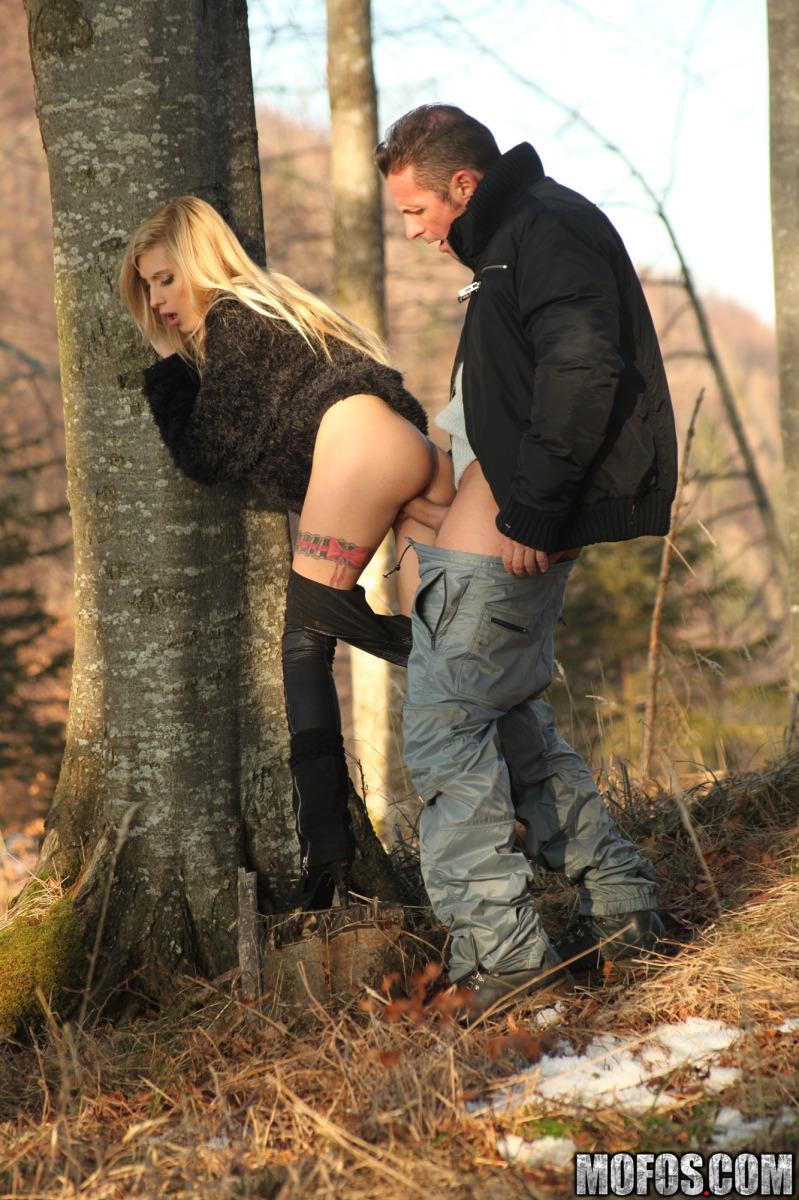 Соитие в лесу